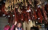 夫妻肉店一天罐千斤香腸,店裡店外掛滿香腸,年味來了