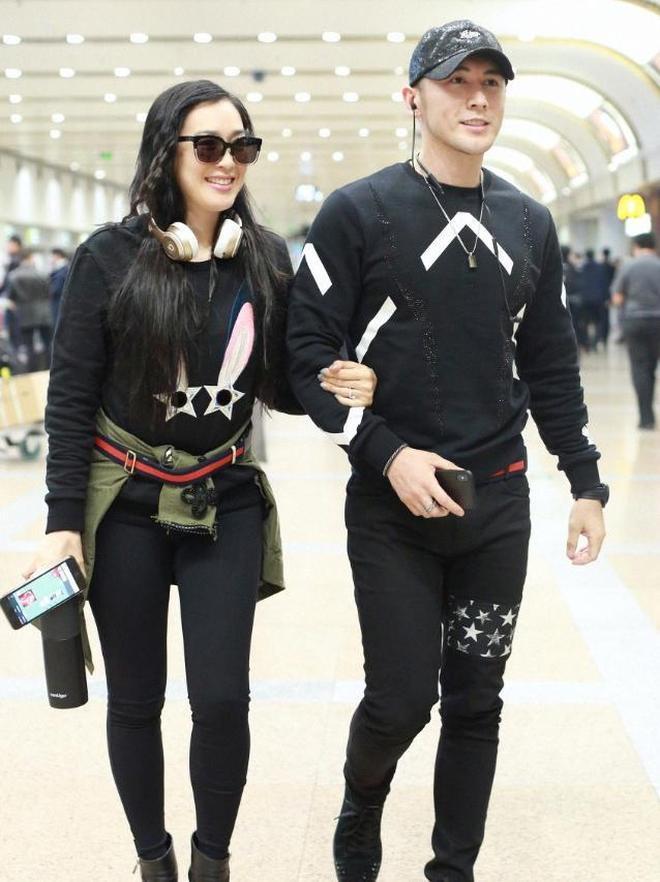 鍾麗緹張倫碩現身機場,穿情侶裝超甜蜜,網友:是愛情的樣子