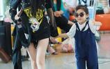 李小璐牽著愛女甜馨現身機場,甜馨戴墨鏡賣萌,像個小模特走秀!