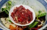 這家是的鮮肉小炒泡饃,一碗20元出了西安很難見到,味道很有特色