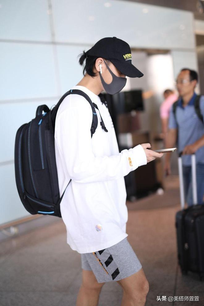 過分了啊!黃子韜機場現身被正面懟拍,戴鴨舌帽口罩全程低頭快閃