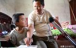 9歲男孩照顧爸爸,媽媽改嫁,爸爸:考上大學我就有錢養你了