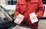 出租車司機撿到10萬現金,主動上繳,有人說他善良,有人卻說他傻