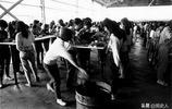 老照片:90年代辛苦的勞動者,圖3農民下海經商成功用上了大哥大