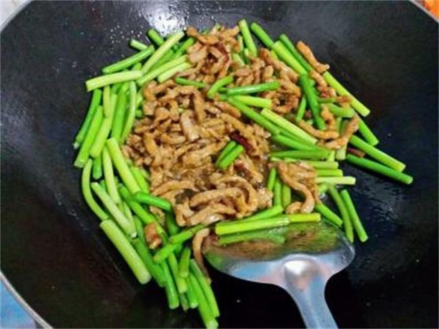 蒜臺炒肉的時候,是先蒜臺還是先炒肉,我們來看一下吧!