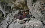 實拍絕壁下的山洞人家:住洞穴裡面將近半個世紀,誰勸都不走