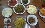 山東一家五口跨年夜的晚飯,六個農家菜都很好吃,我與父親喝杯酒