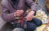 大叔景區邊上賣自家涼薯日賺300元,平價足秤還讓遊客先吃後買