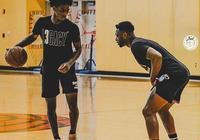 傳承!韋德與兒子一起進行籃球訓練