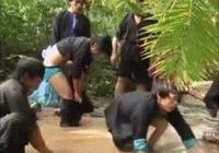 搞笑gif 動圖:男子居然用這種方式抓螃蟹!大寫的服
