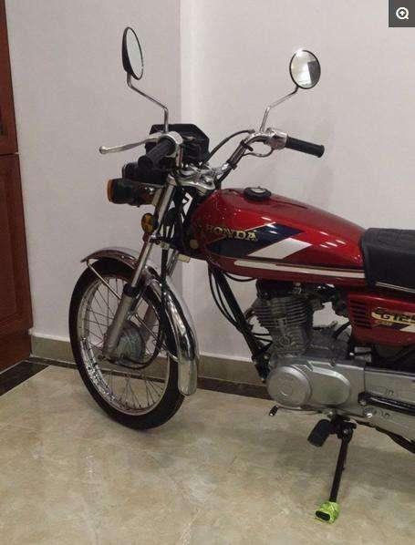 收藏25年的本田CG125摩托,總里程錶為零,有土豪出十萬車主不賣