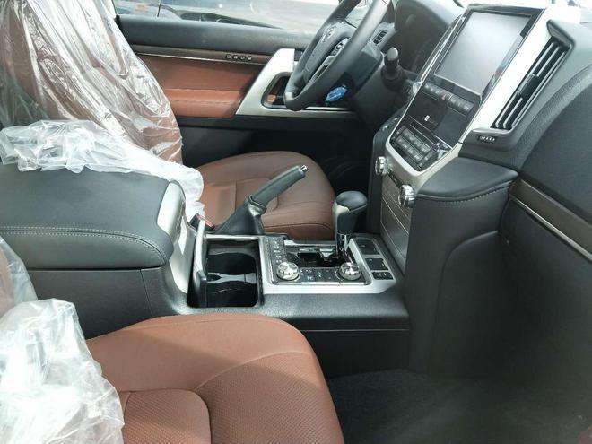 17款酷路澤5700 獨有的棕色內飾更為吸引人 比雷克薩斯570更好