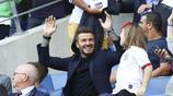 貝克漢姆觀賽女足世界盃,藍色西裝搭配黑襯衣,帥氣成熟有味道