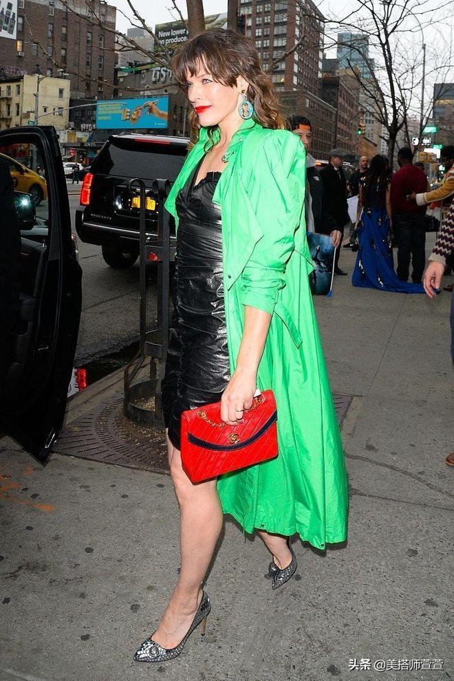米拉·喬沃維奇氣質穿搭秀身材,與粉絲合影親和接地氣