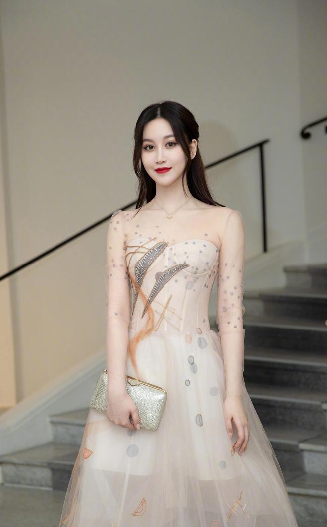 趙夢玥活動宣傳美照,身著一襲時尚裸色紗裙優雅迷人