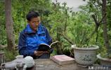 農村65歲留守老人把生活過成詩,孤影遊走失業路,煙波湖上泛小舟