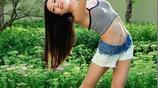 影像攝影:秋季花園裡美麗的女孩