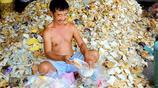 每天拆開上萬包過期的麵包,當作飼料用來養魚,很受當地人的喜愛