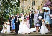 凱特妹妹亮相皇室婚禮,桃粉蕾絲裙撞衫女王,生娃半年秀纖腰細腿