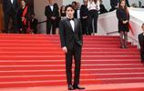 朱一龍:黑西裝大背頭朱一龍走上戛納紅毯,造型利落紳士有範。