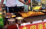 六安毛坦廠鎮:陪讀一年開銷5、6萬,全靠家長在校門口賣炒飯