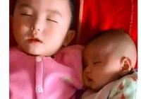 媽媽在做飯,3歲哥哥陪一歲弟弟在睡覺,網友:二胎太可愛了!