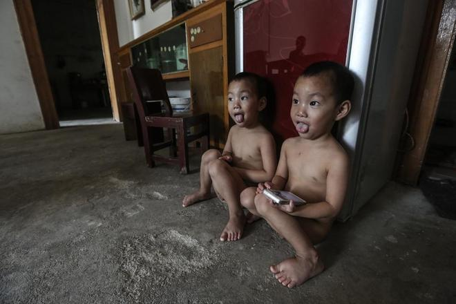 直擊一對雙胞胎的家庭,為了保護孩子父母要求他們必須光著身子