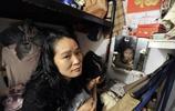 位於繁華香港的一角的窮人們,香港人不願承認的寒磣家庭!