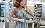 風情萬種!海邊這樣穿:吊帶裙+羅馬鞋,美的似出水芙蓉