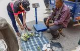 農民大爺種的時鮮物在農村集上賣火了,2元一斤賣了300斤!