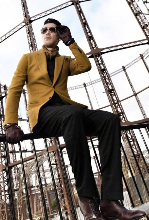 胡兵穿西裝不打領帶,改圍金色絲巾個性十足,不愧是模特出身!
