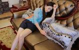 躺在豪華沙發上的美麗長髮知性美女!