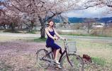 毛曉彤穿一套藍色長裙行走在大街小巷,氣質清新脫俗!