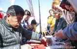 農民大哥現場製作的稀罕物件遭圍觀,賣十元,一天入賬1000多元