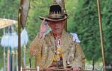看完泰國國王加冕儀式的畫面,再看看英國女王,兩者風格不一樣