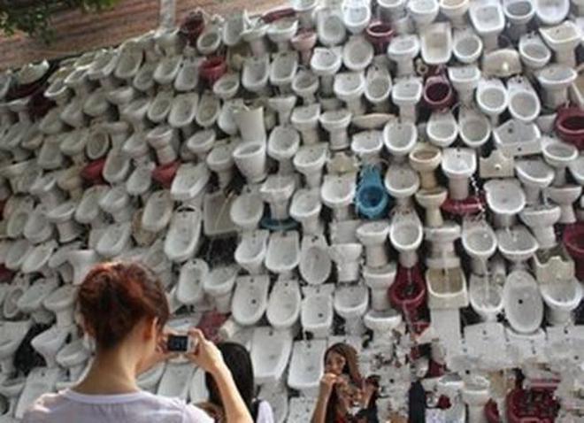 """實拍世界最大的露天廁所,馬桶""""瀑布"""",成為公園一美景"""