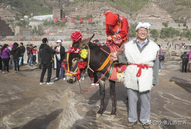 山西7旬農村老漢黃色瀑布前做稀罕生意,旺季一天掙千數元