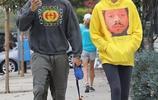 帕特里克·施瓦辛格與女友現身街頭遛狗,似吵架一路無交流