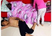 男子下班回到家,發現孩子在睡覺,以為有人來了,仔細一看笑了!