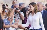 西班牙國王夫婦出席大學開學儀式 萊蒂齊亞王后似清純女學生