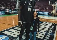 NBA巨人和普通人合照:C羅也小鳥依人,張伯倫輕鬆舉起施瓦辛格