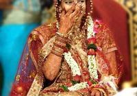 印度女性富人佩戴金首飾,生活奢侈,但這件事仍然逃避不了