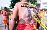 開掛的印度教,全球最痛的節日,各種開掛穿刺自殘,不寒而慄啊!