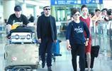 62歲張國立和59歲老婆鄧婕現身機場,鄧婕大步開道霸氣十足