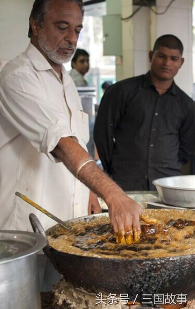 徒手在200度高溫油鍋中炸魚,敢吃嗎?