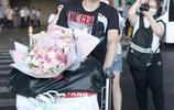方博獨自推行李車現身獲大捧玫瑰示愛 獲迷妹貼心扶包袋畫面溫馨