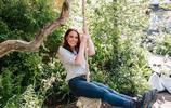 凱特王妃觀賞花園,身穿淺色外套搭配牛仔褲和靴子,端莊大方