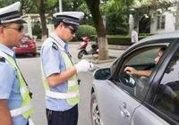 """為啥交警查車時,總用手摸下""""車屁股""""?老司機:這可有大用處"""