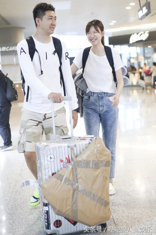 李艾與老公手挽手現身機場,笑到眼睛都沒了,素顏的她嚇壞網友!