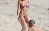 名模史蒂芬妮·西摩瓦海邊遊玩被拍,大家把注意力放在了第三張